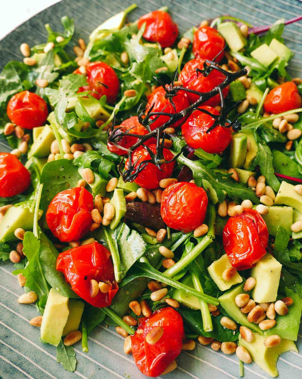 bagte tomater i salat med rucola