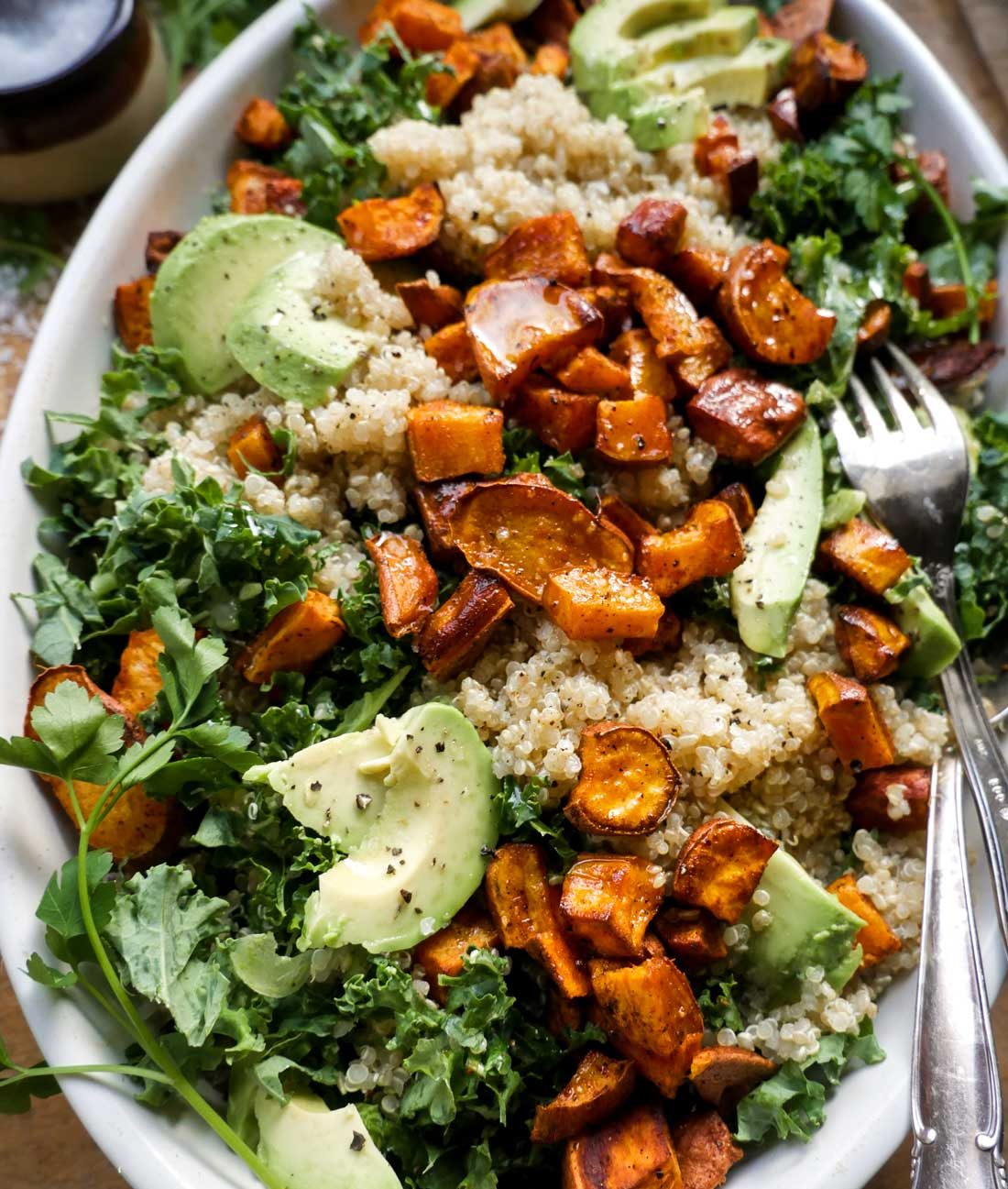 hvid quinoa salat med søde kartofler og grønkål