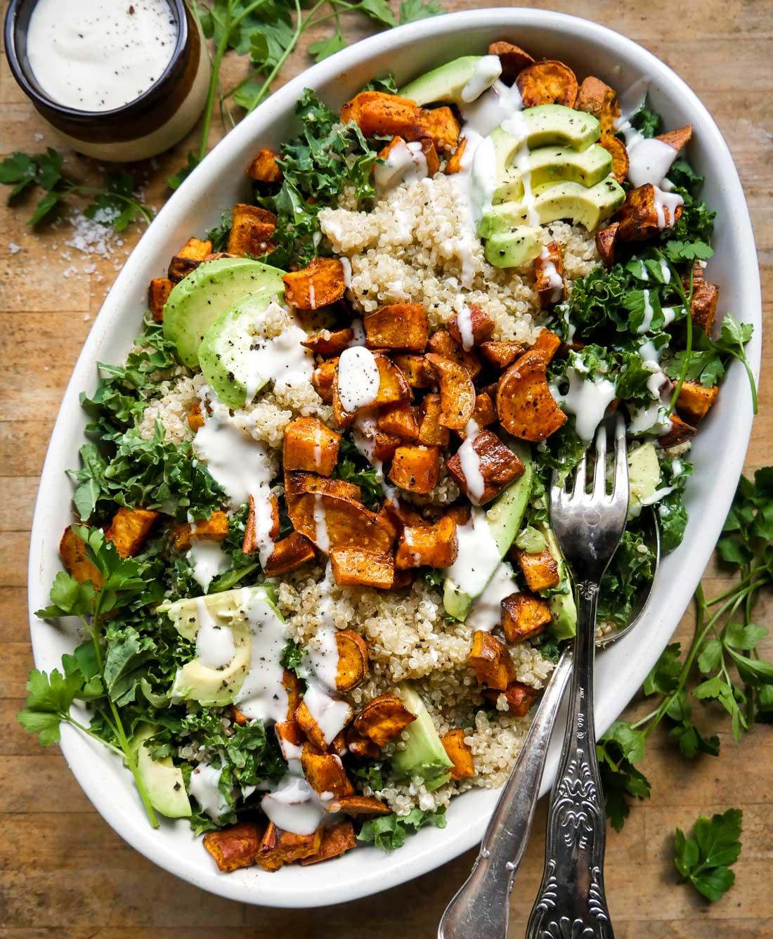 quinoa salat med grønkål, avocado og søde kartofler
