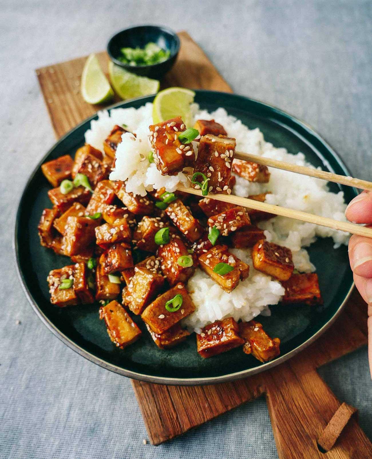 Stegt tofu på panden med ris