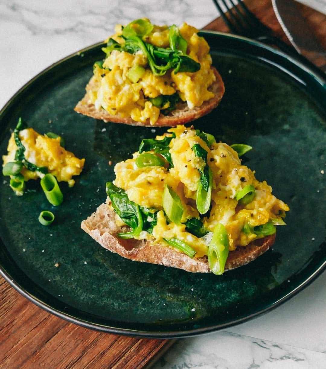 Scrambled eggs med toast og spinat