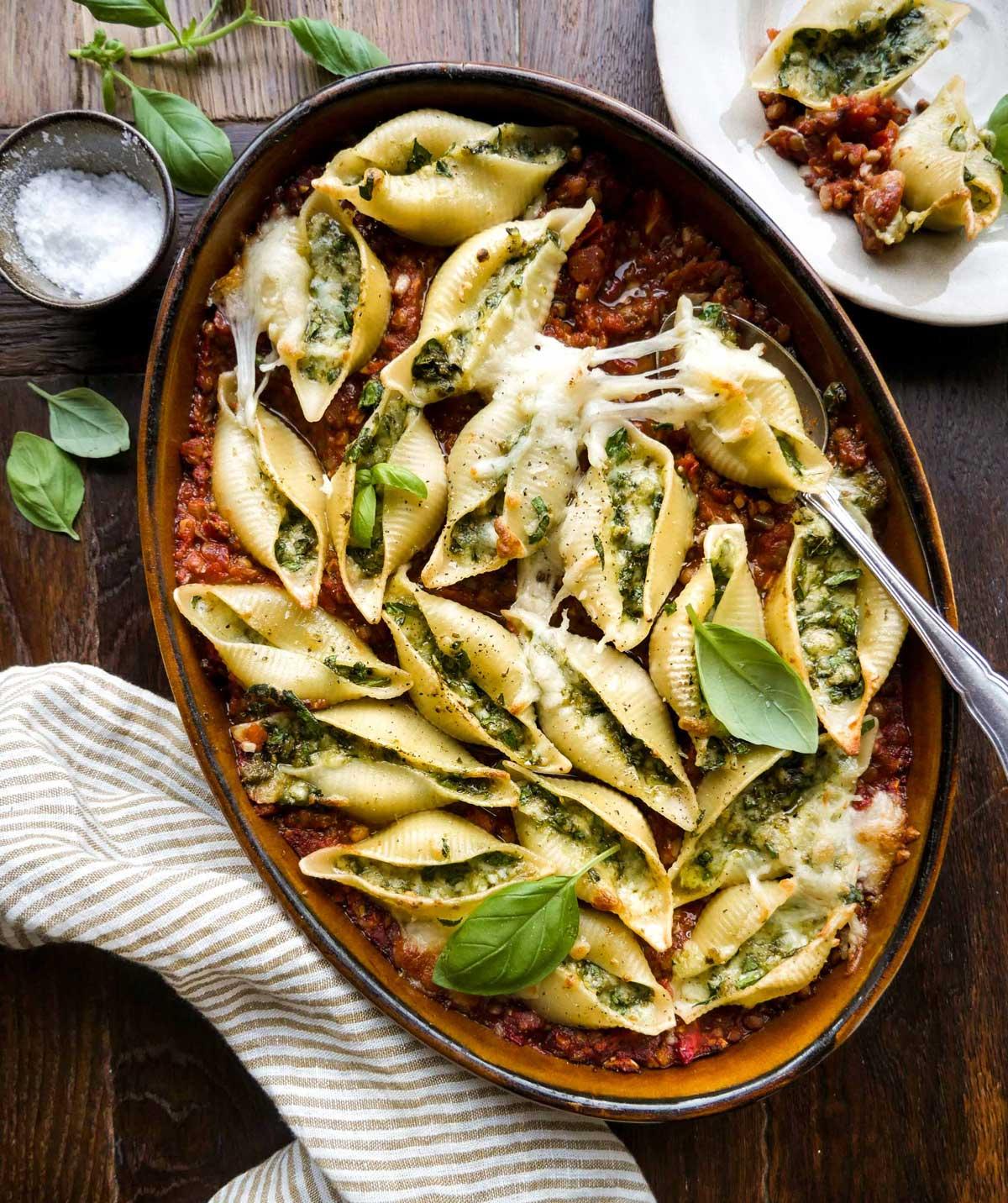 vegansk aftensmad med fyldte pastaskaller linser