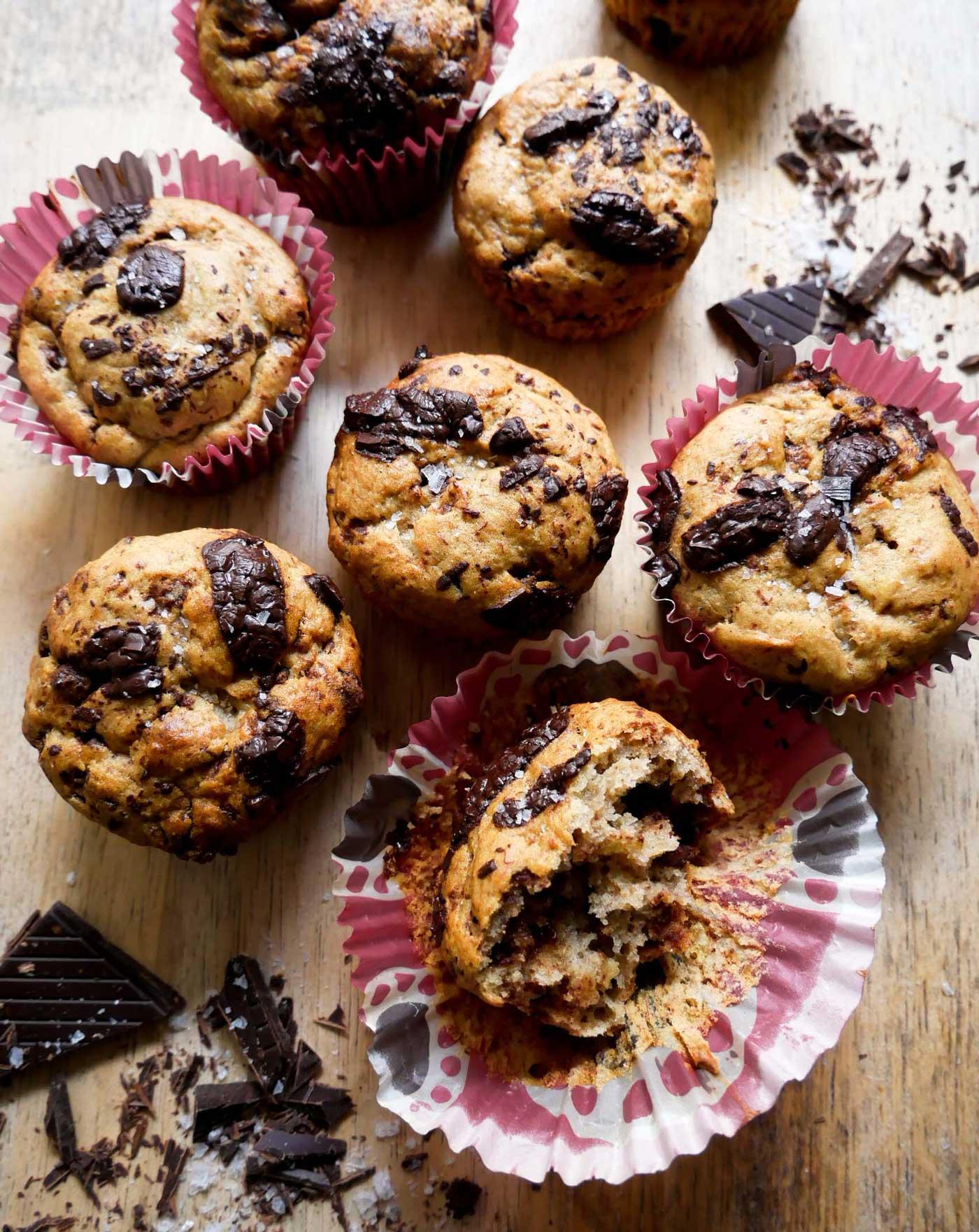 snaskede muffins med chokolade og bananer