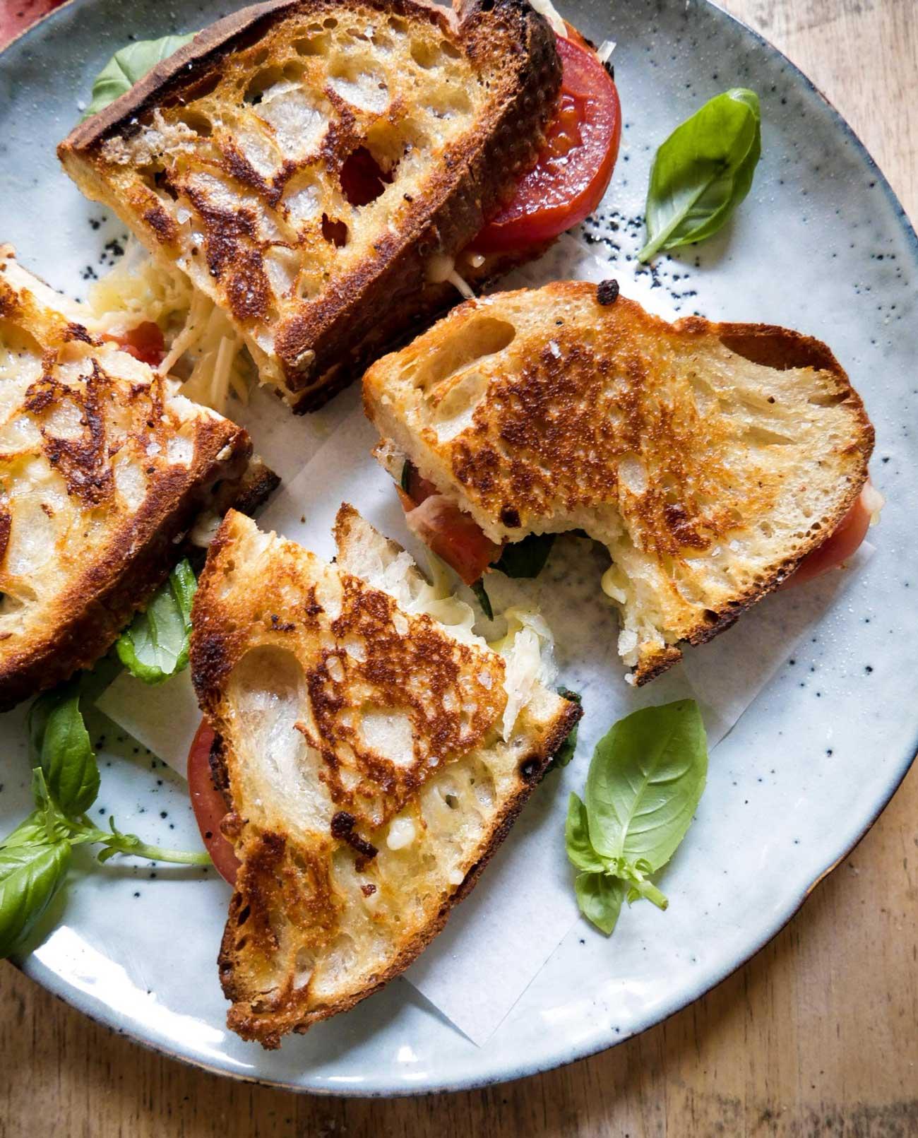 sprøde sandwich med ost og tomat og basilikum