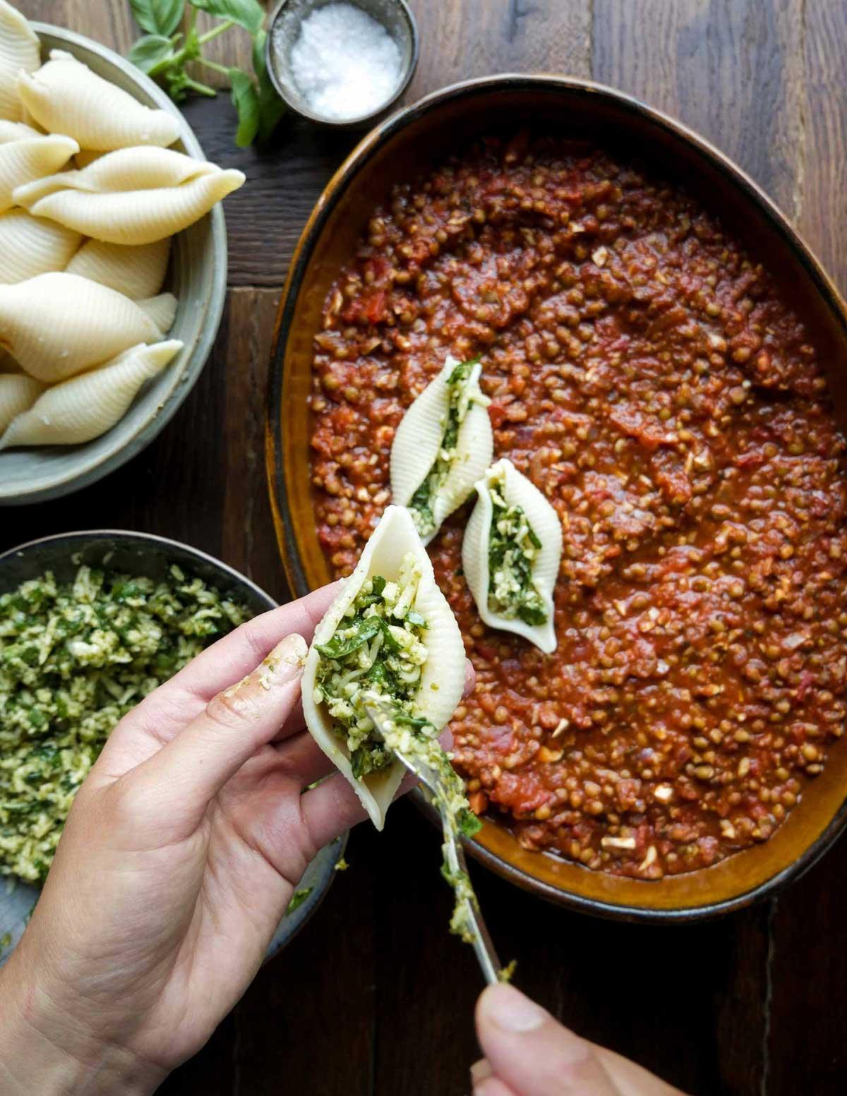pastaskaller med fyld af ost og spinat