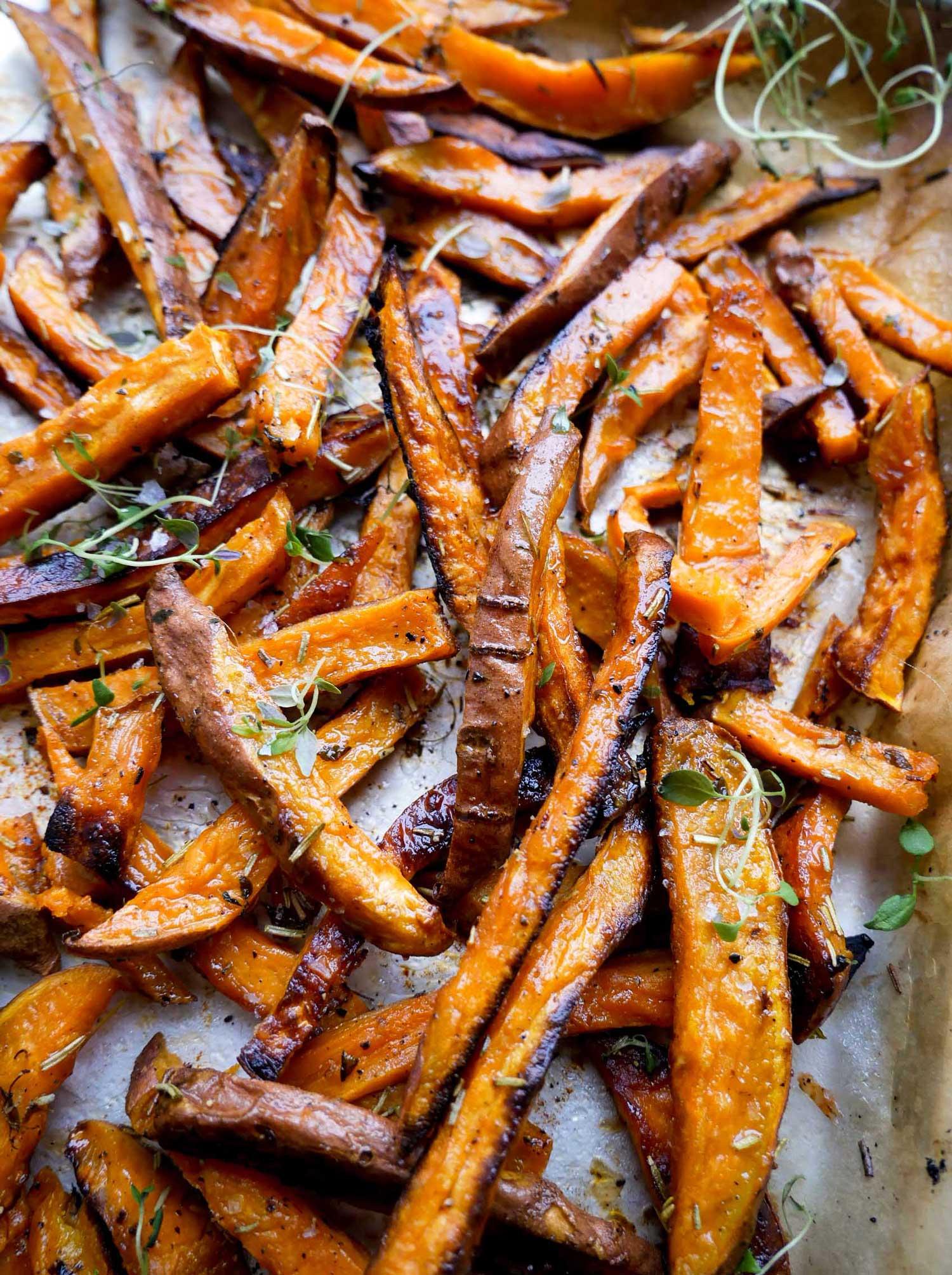 søde kartofler med rosmarin, olie og timian