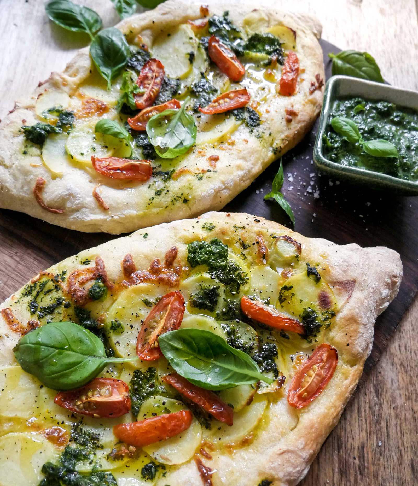 færdige sprøde små græske pizzaer