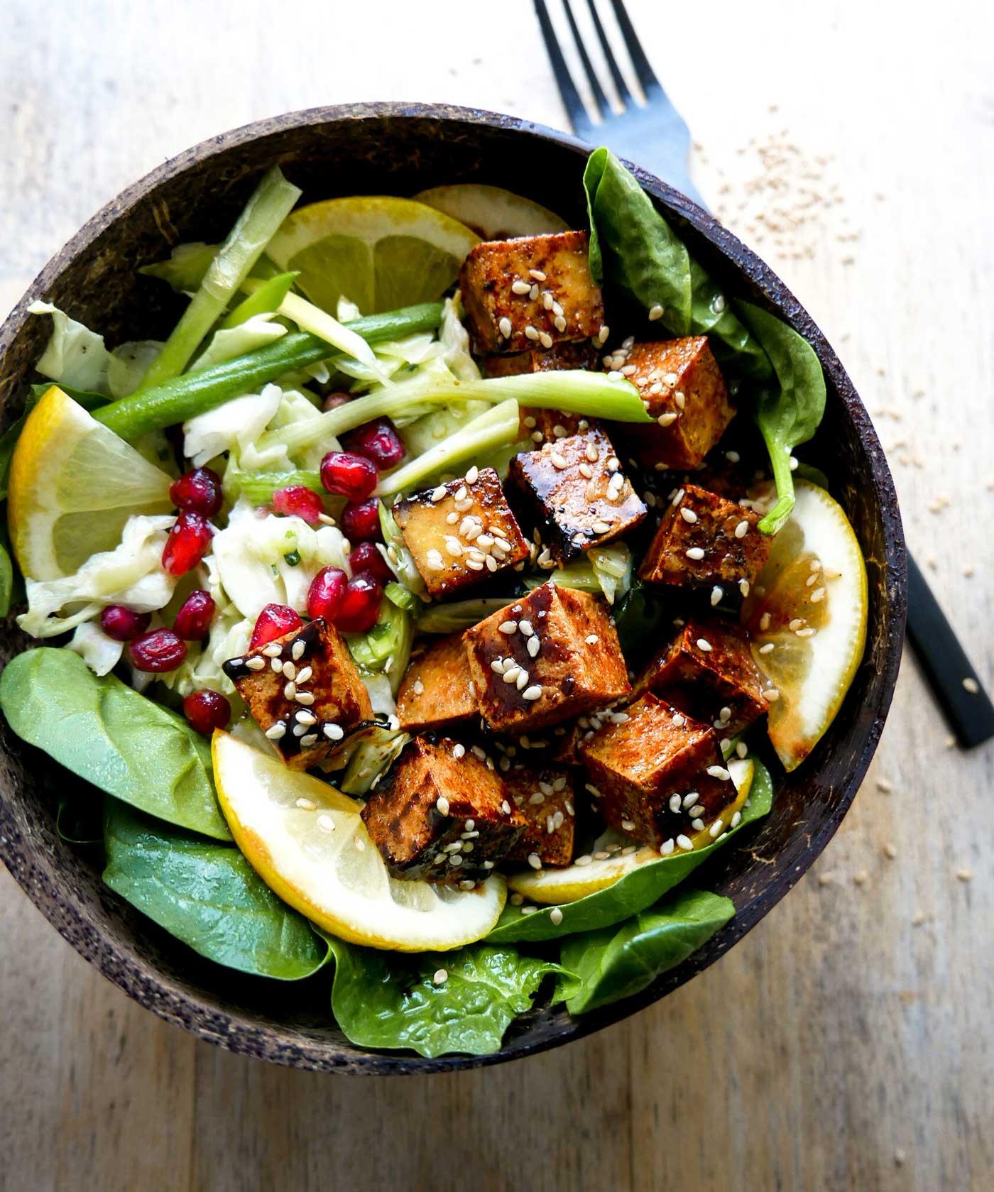 opskrift på vegans tofu bowls salat skål