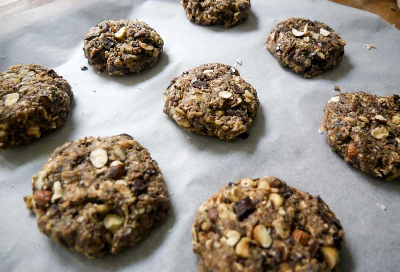 rugbrødsbollerne med chokolade formes klar til ovnen