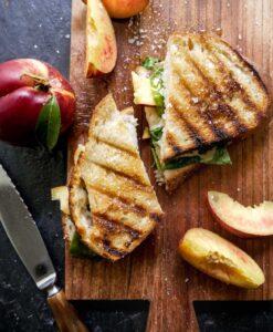 toast opskrift med nektariner og spinat