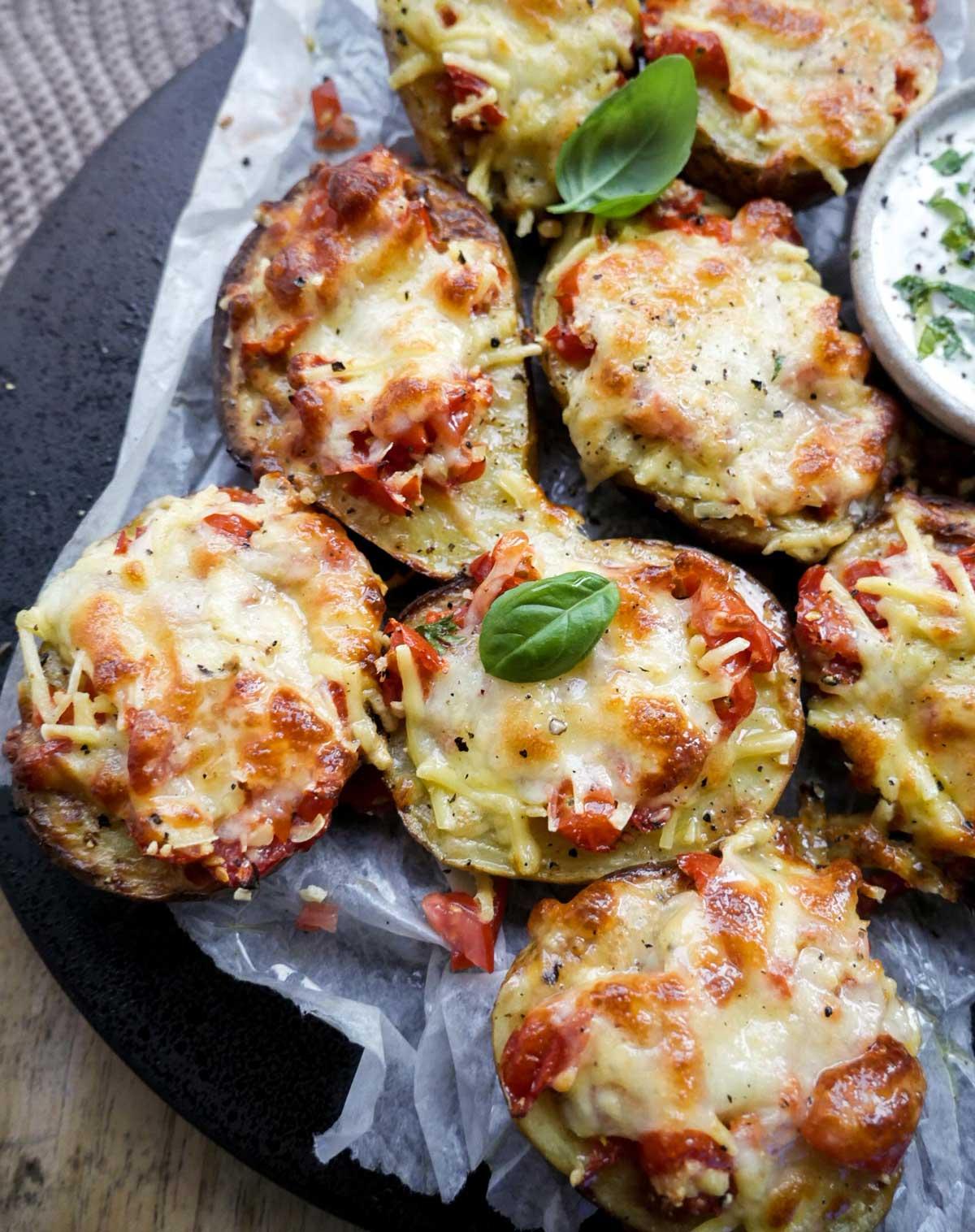 tomat og ost på kartofler i ovnen