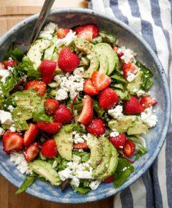 jordbærsalat med feta og avocado