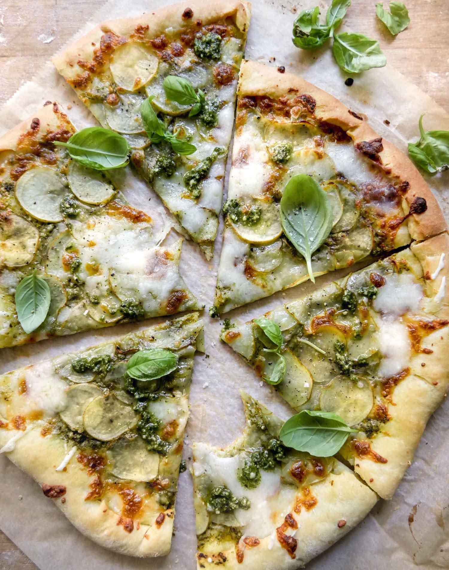 lækre sprøde pizzabunde med kartoffel og basilikum til vegetar pizza
