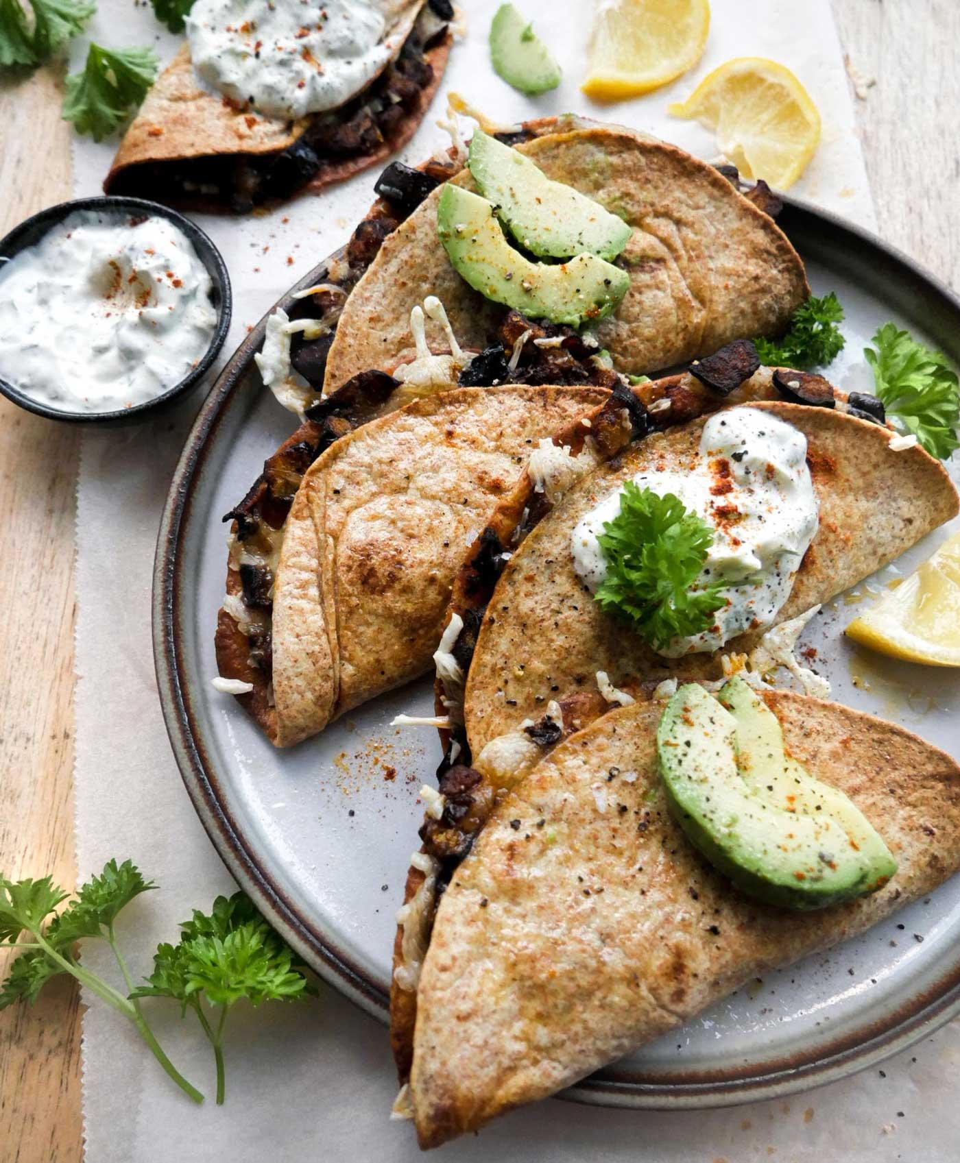 bagte quesadillas med grøntsager vegetar eller vegansk aftensmad