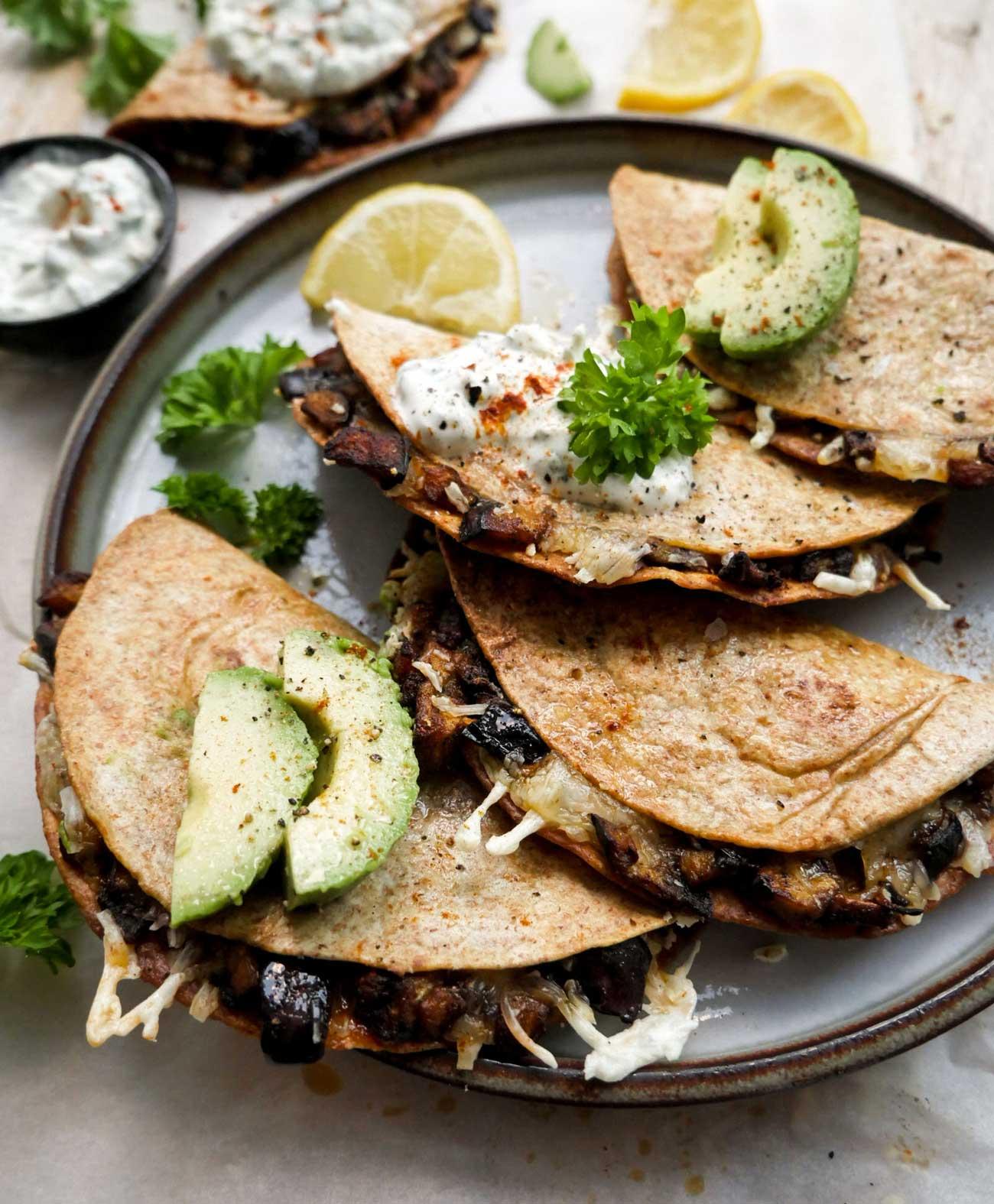 halve quesadillas serveret med dressing