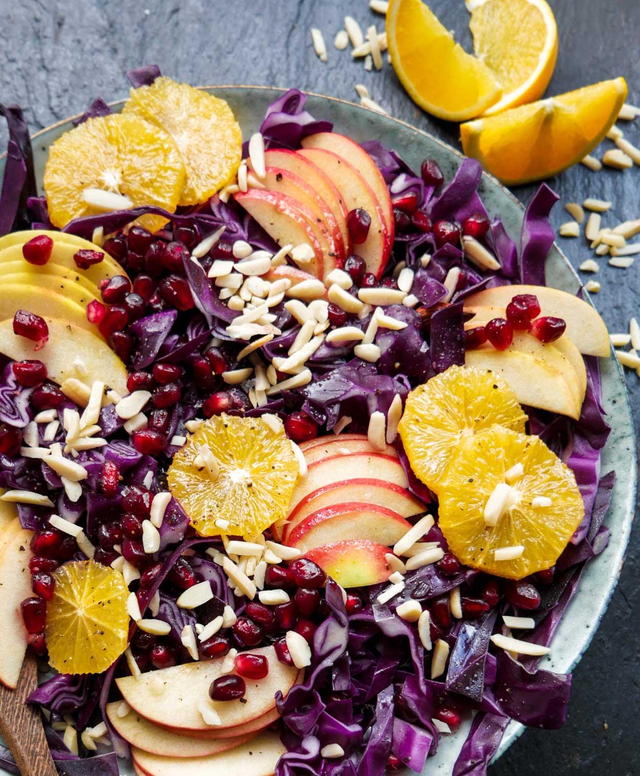 salat med rødkål, æble og appelsiner