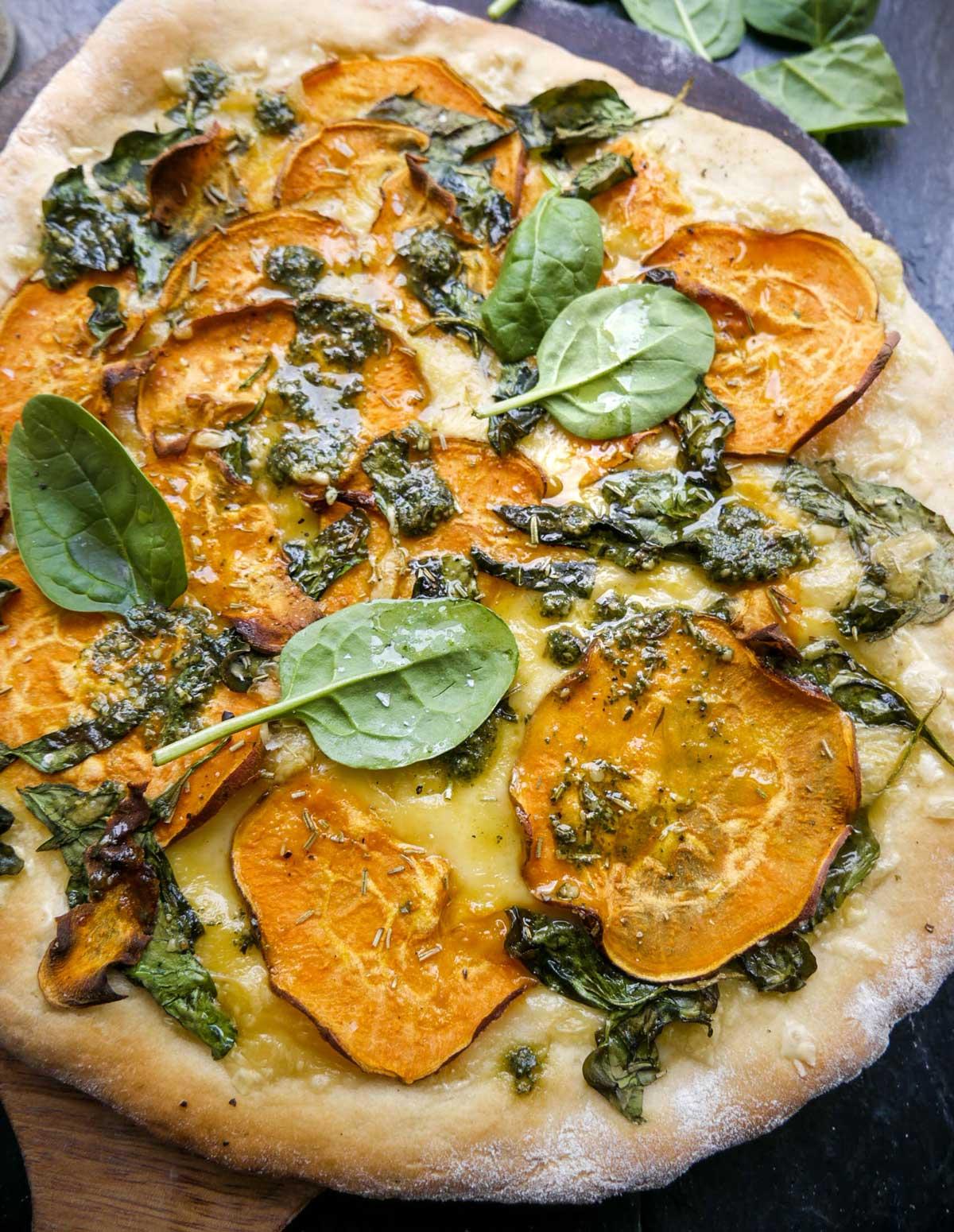pizza med søde kartofler og spinat opskrift