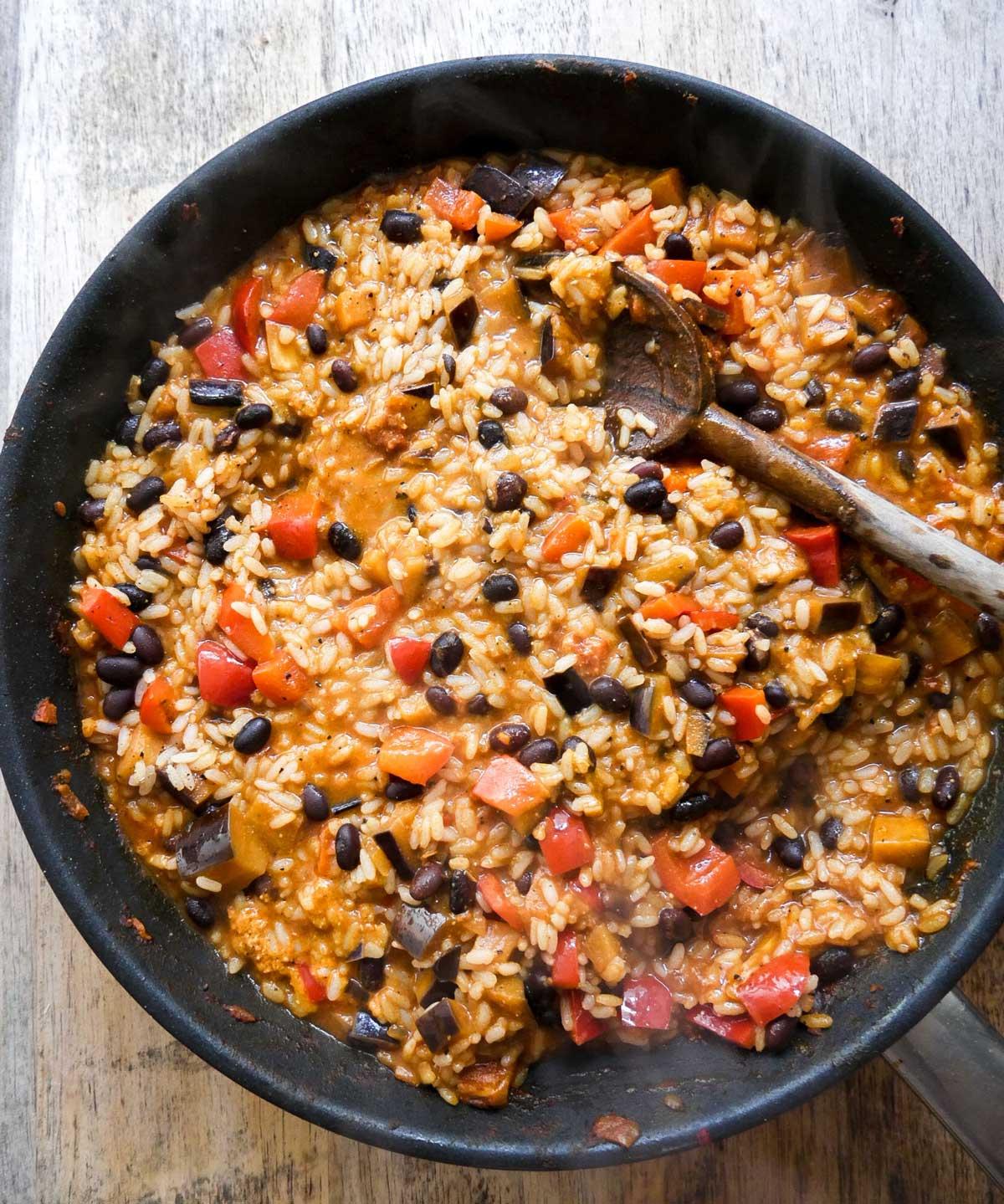 sorte bønner og grøntsager med ris på panden