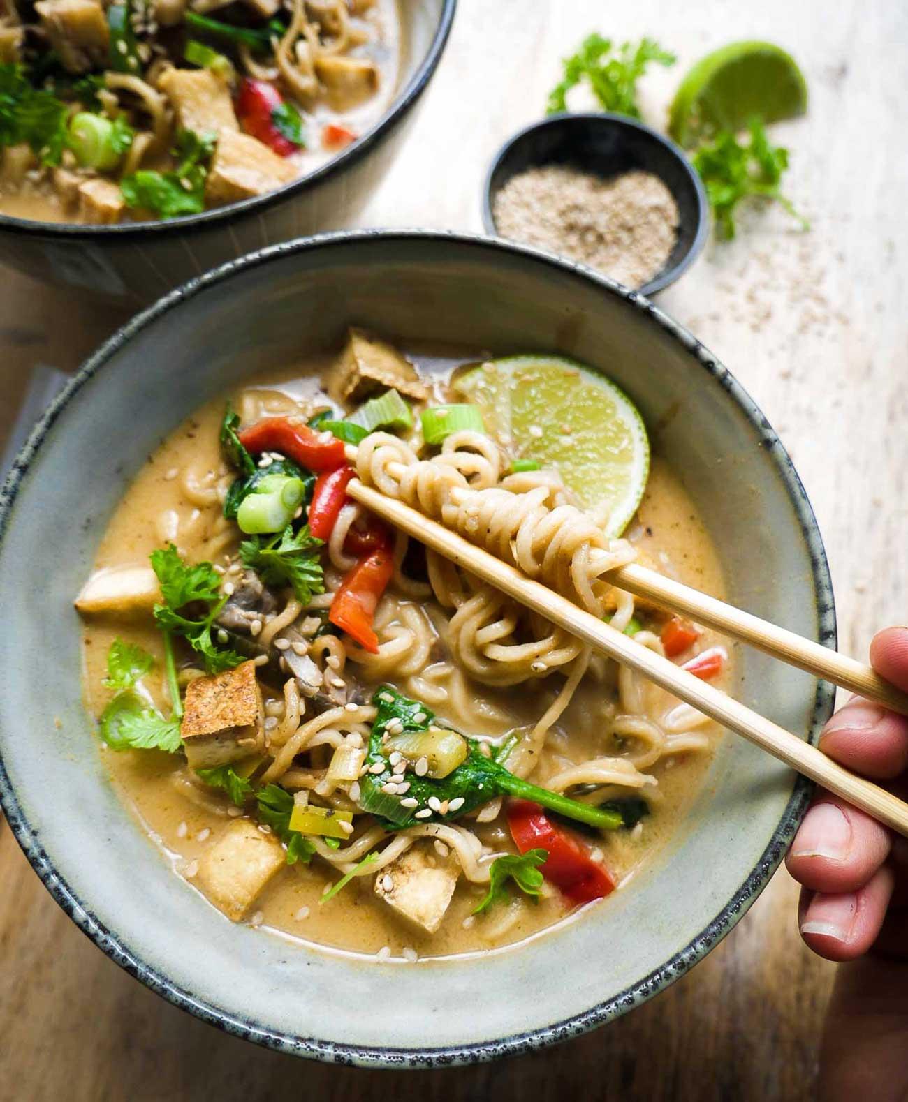 vegansk thaisuppe med grøntsager og nudler