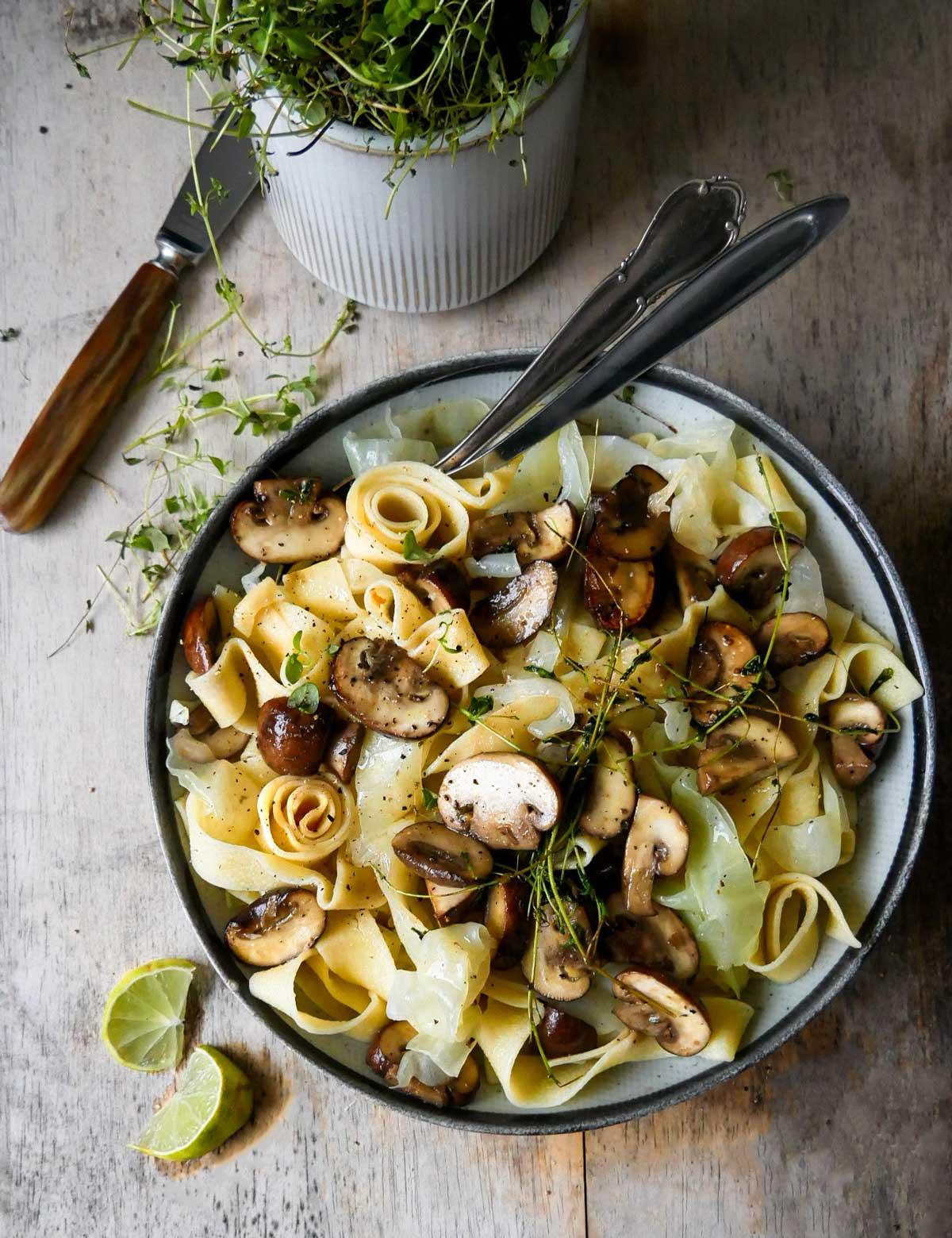 båndpasta til vegansk aftensmad med svampe