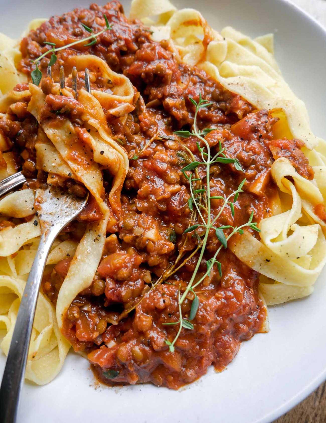 vegansk spaghetti kødsovs med linser og tomatsovs