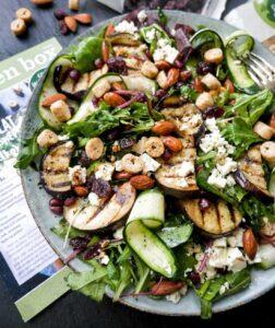 aubergine salat med nødder og tranebær