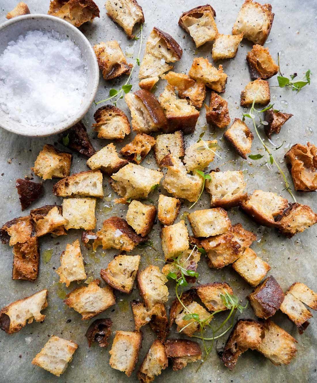 saltet brød i ovnen til suppe eller salater