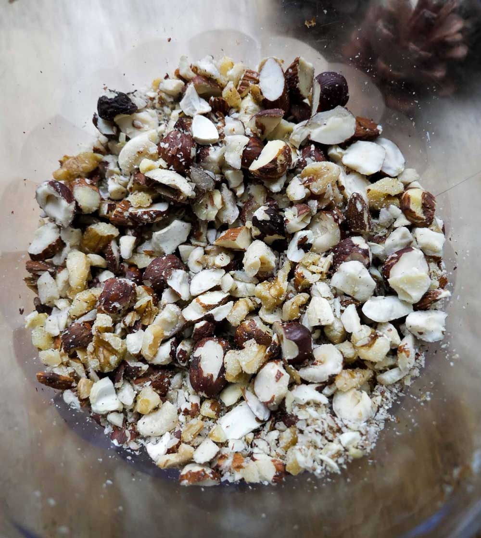 hak nødderne fint i minihakker