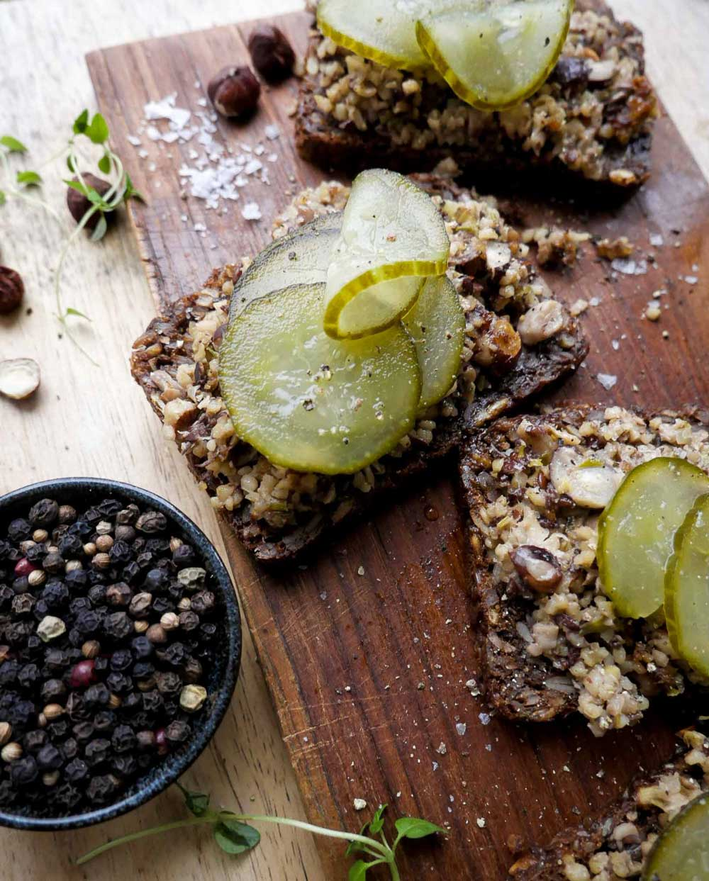 nøddepate og postej til frokost sammen med rugbrød