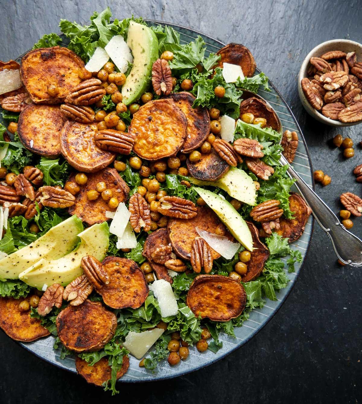 salat med grønkål og pecannødder