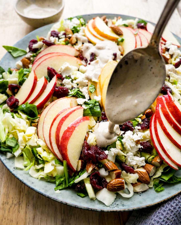 æblesalat med dressing og creem fraiche