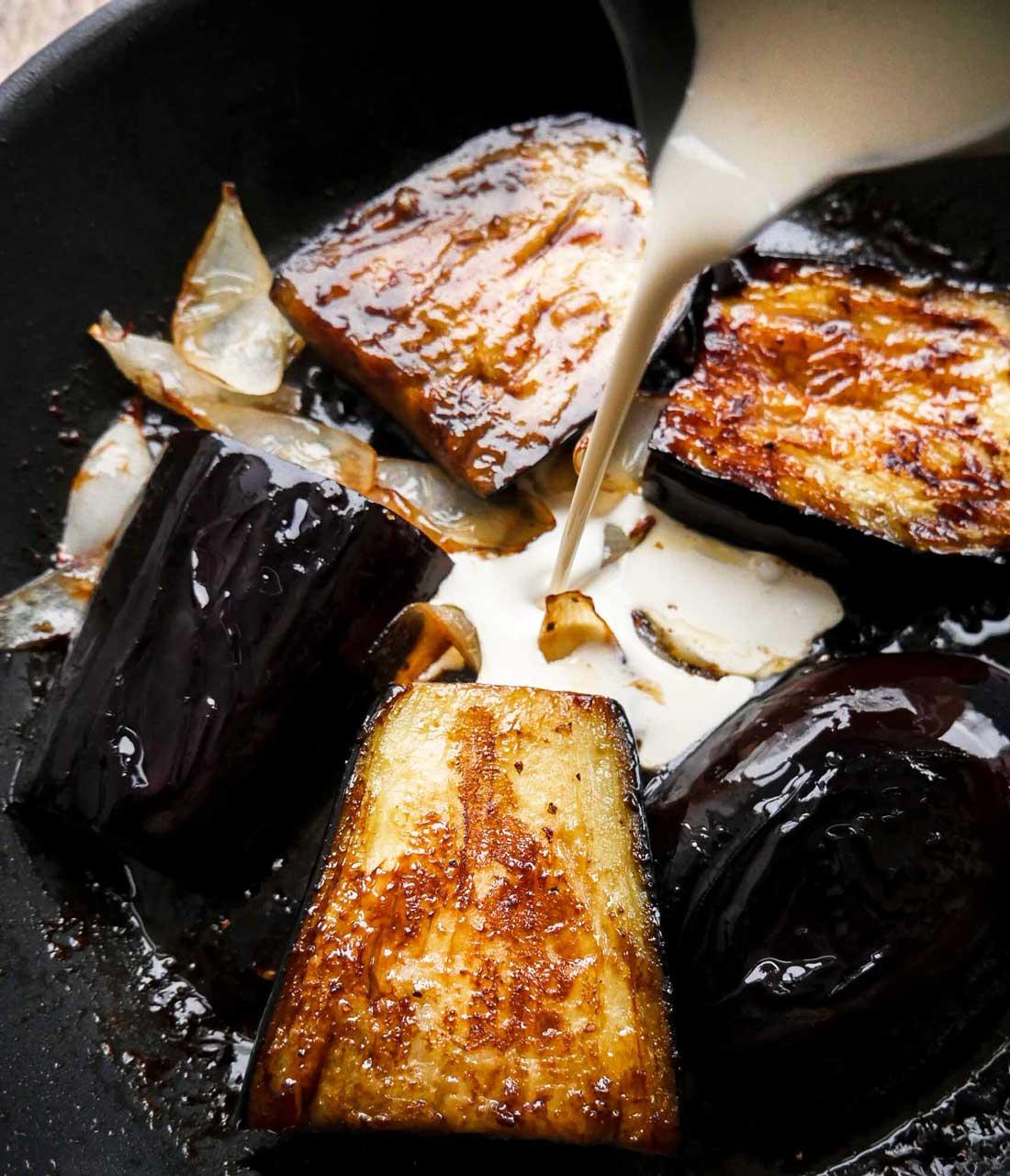 stegte eggplant stykker med fløde