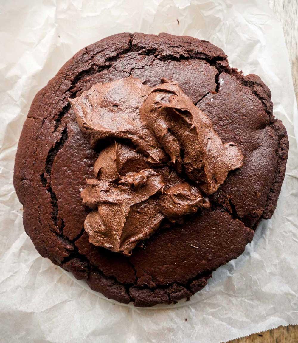 chokolade-kage-med-kakao-frosting