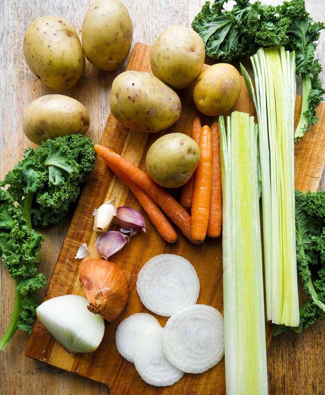 kartofler gulerødder, porre og grønkål klar til suppe