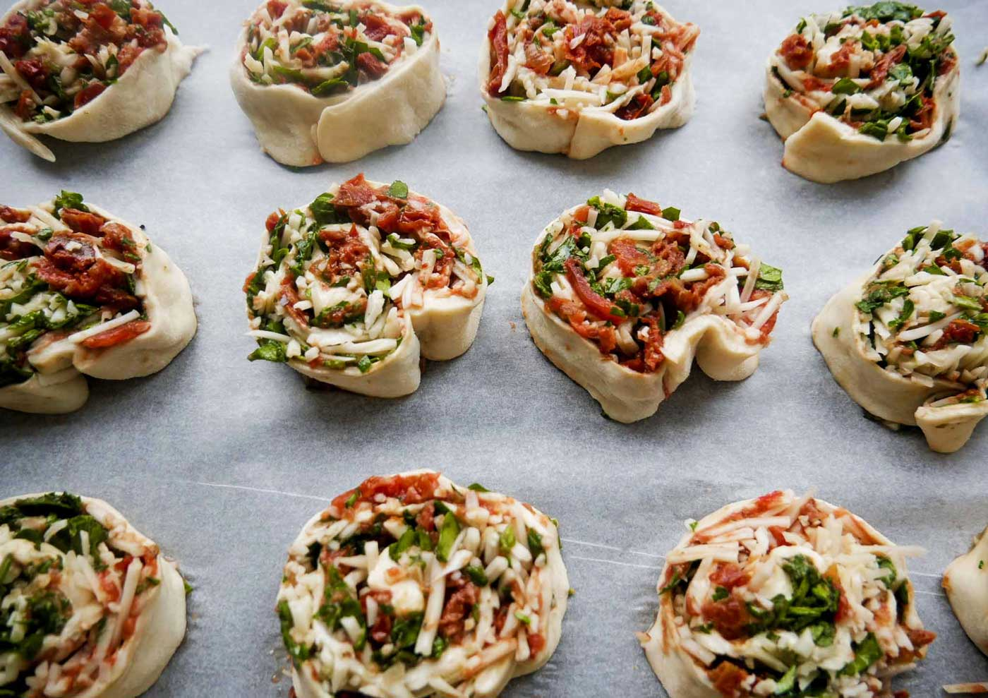 Læg alle pizzasneglene på en bageplade beklædt med bagepapir