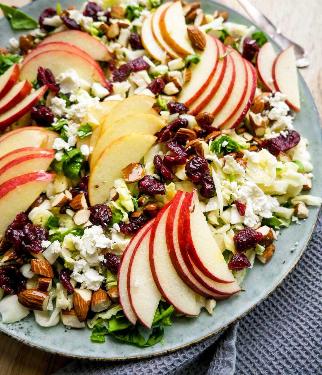 salat med spidskål og spinat og æbler