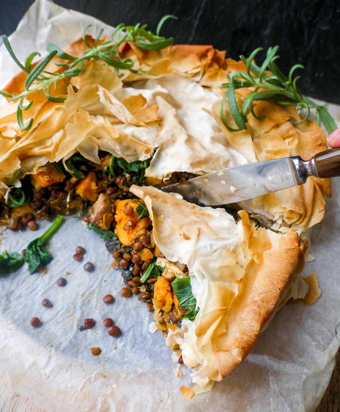 vegansk tærte med linser, spinat og søde kartofler