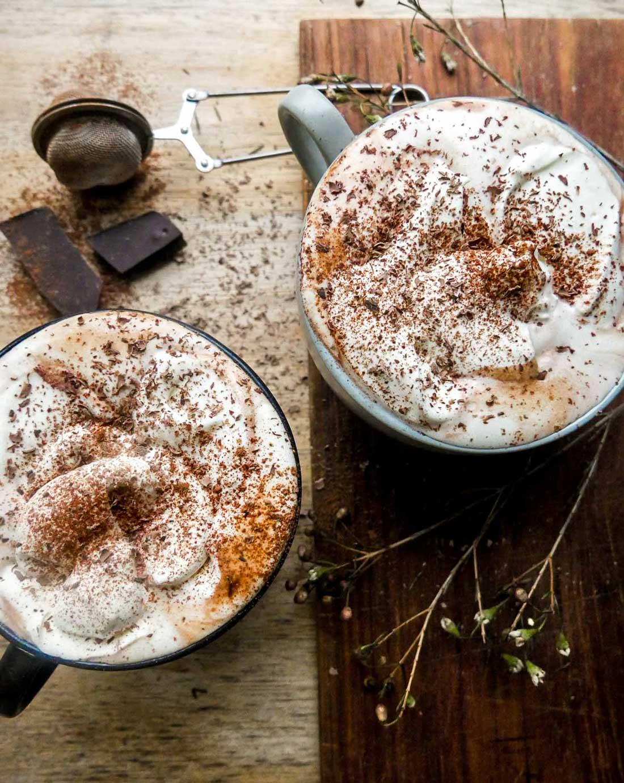varm kakao med chokolade og flødeskum
