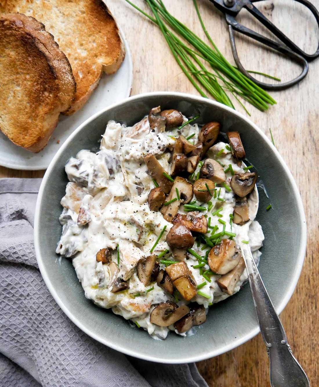 Vegansk hønsesalat med svampe, asparges og tofu