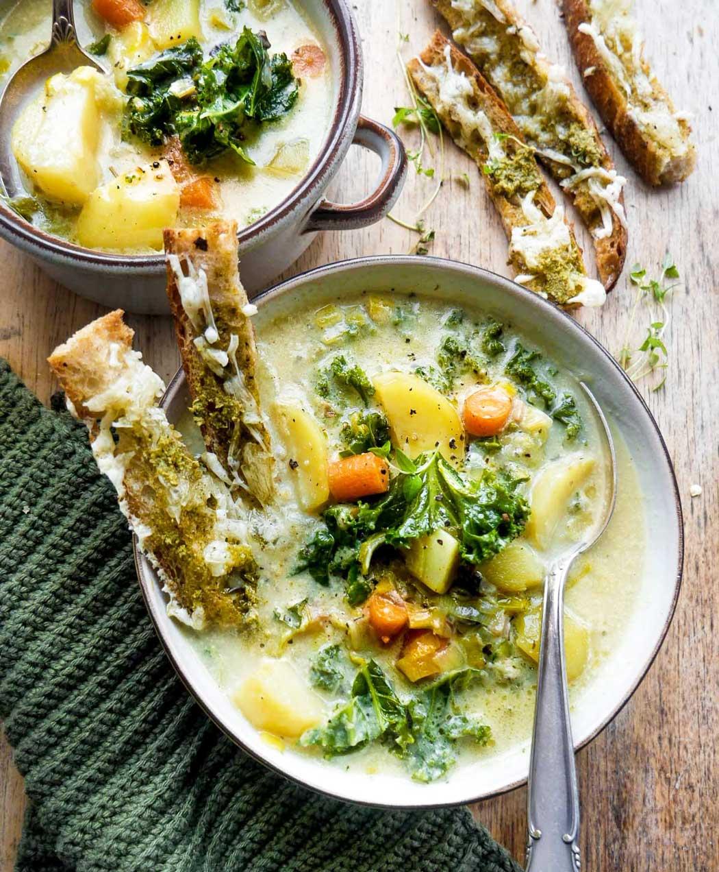grøntsagssuppe opskrift med grøntsager og brød stænger