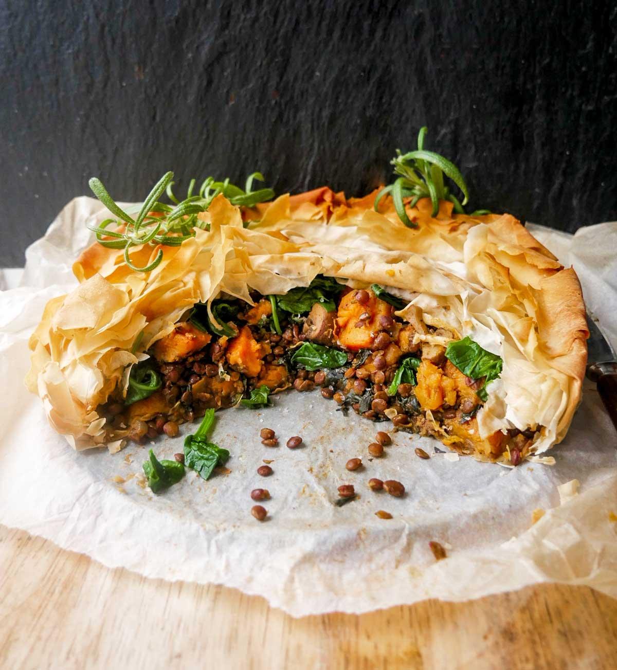 vegansk tærte med fyld af linser og spinat