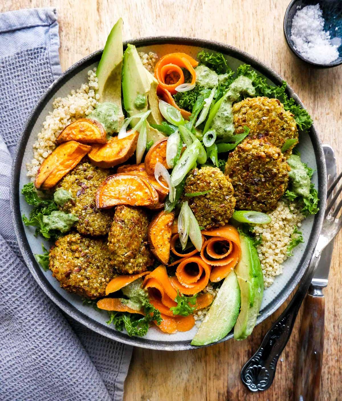 blomkålsdeller i vegansk salat bowl