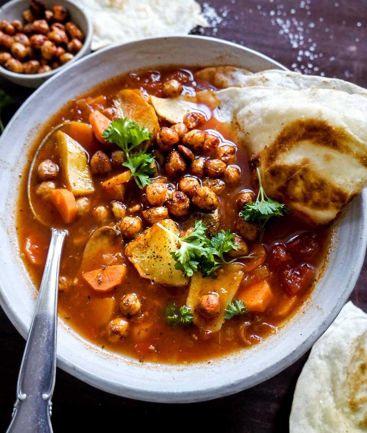 vegetar og vegansk suppe med bælgfrugter