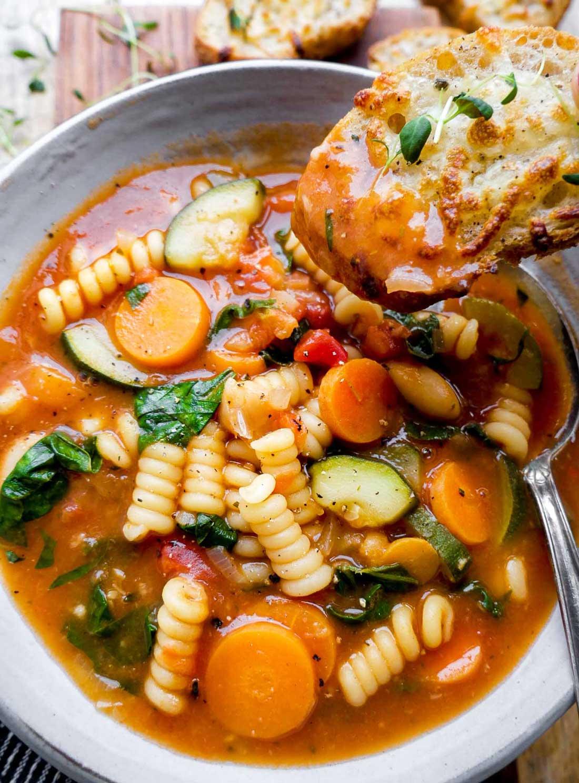 italiensk suppe med brød til at dyppe i suppen