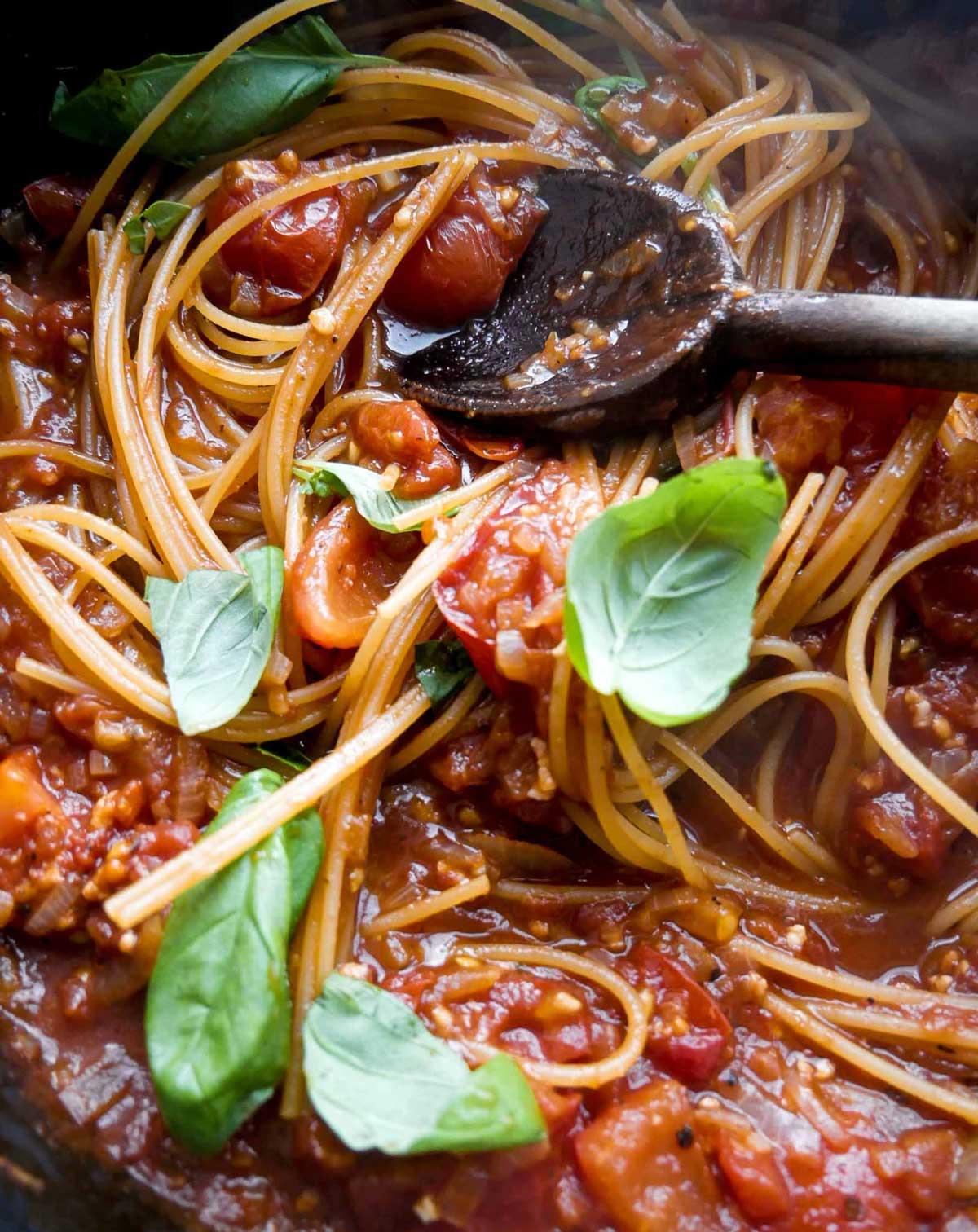 pasta med tomatsovs og basilikum