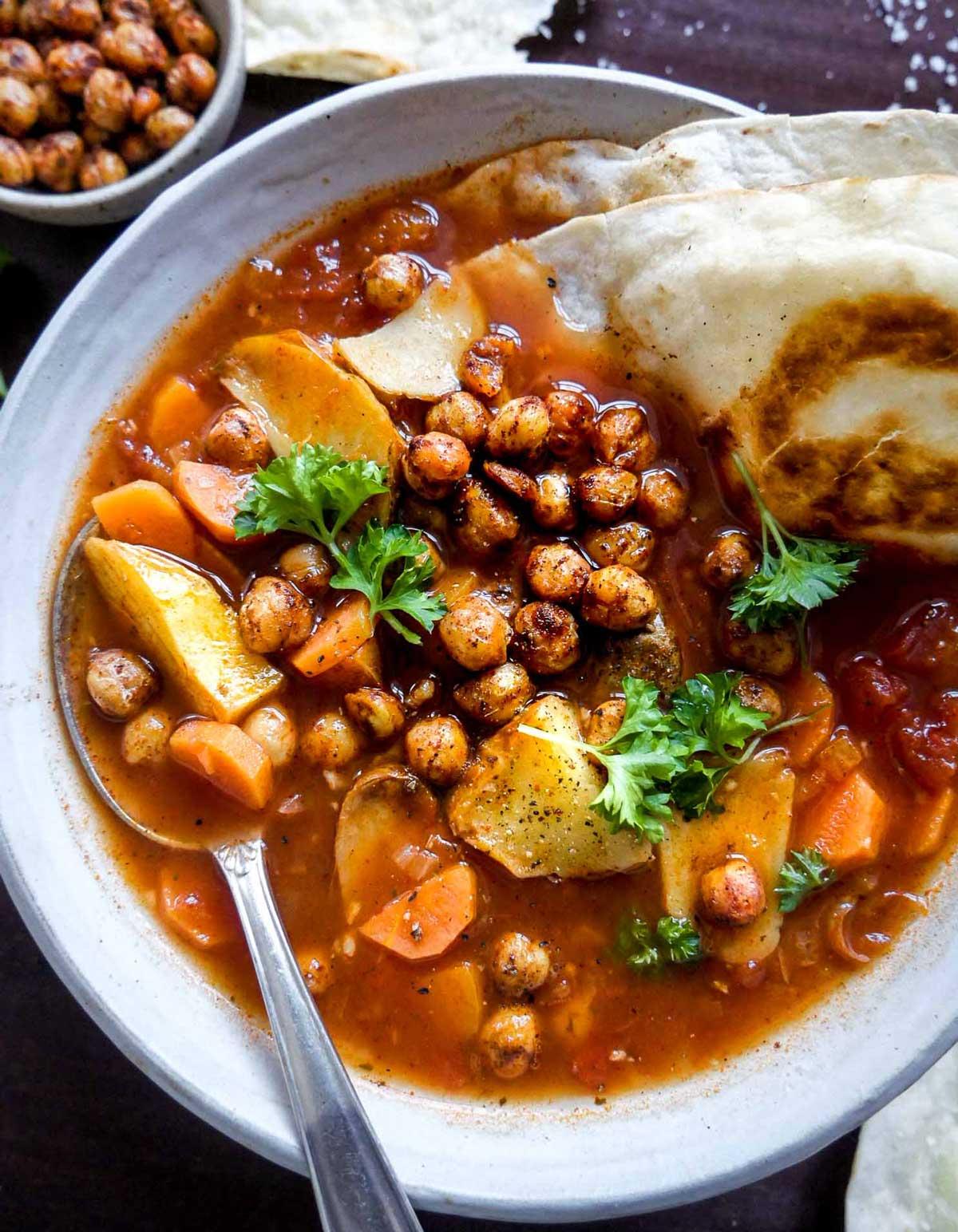 suppe med bælgfrugter og grøntsager med fladbrød