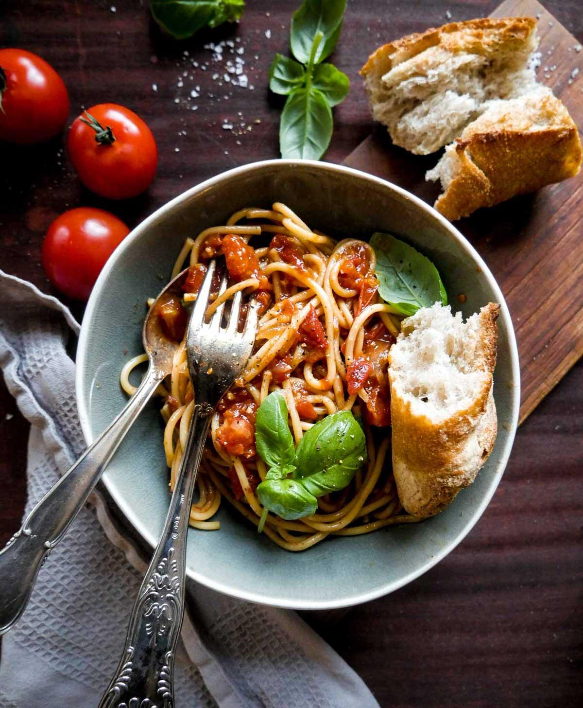 italiensk pastaopskrift på tomater med spaghetti