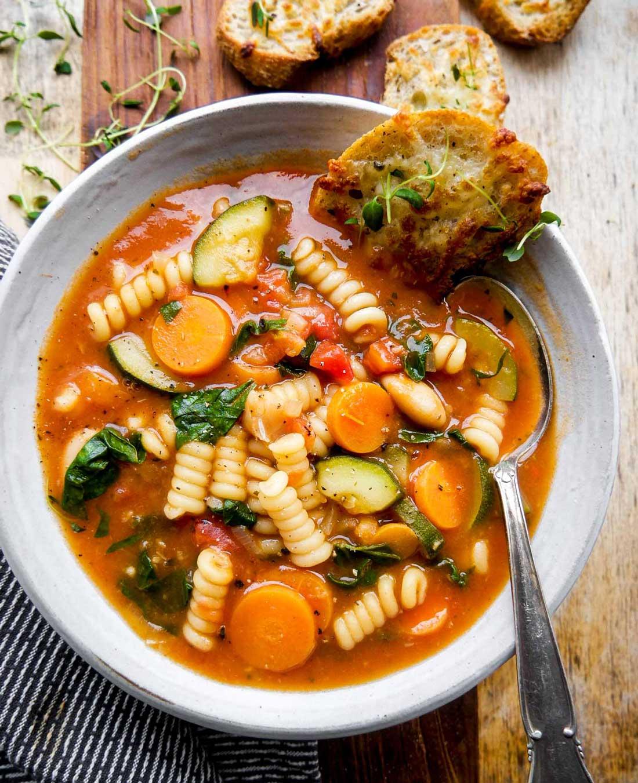 minestrone med bønner og grøntsager uden kød