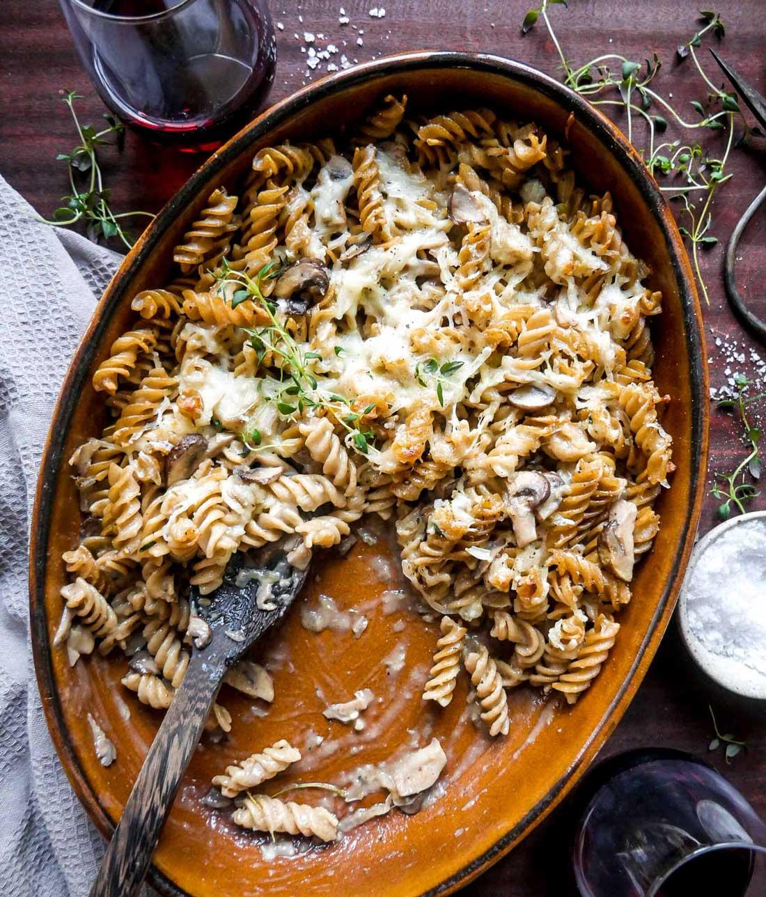 vegansk pastaret med pasta og svampe