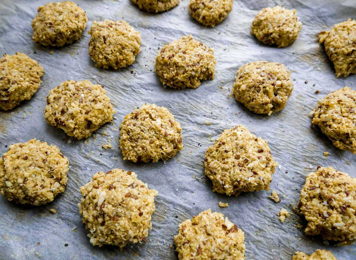 opskrift på nemme quinoadeller i ovnen til salatskål